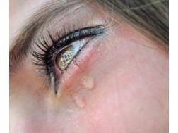 Почему слезятся глаза у взрослых, что делать и как лечить это