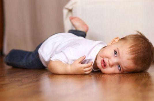 ребенок упал головой вниз с дивана