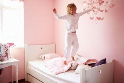 скачет на кровати