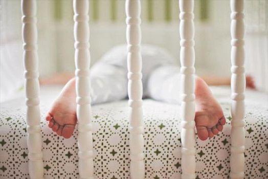 лежа в кроватке на животике