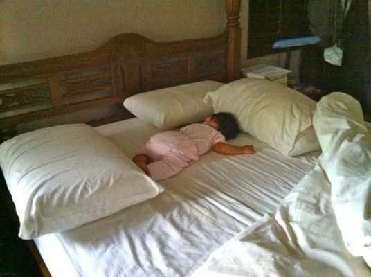 обложили подушками