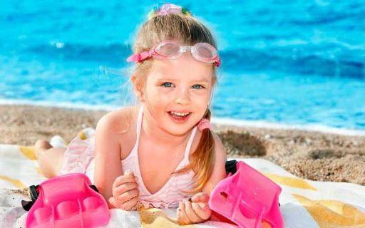 ребенок на пляже веселится