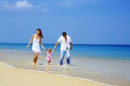 прогулка с ребенком по берегу моря