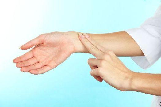 прощупать пульс пальцами