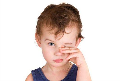 мальчик чешет глаз
