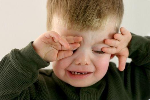 ребенку жгут глаза