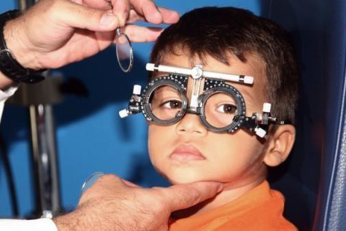 мальчик с офтальмологическими очками для проверки зрения