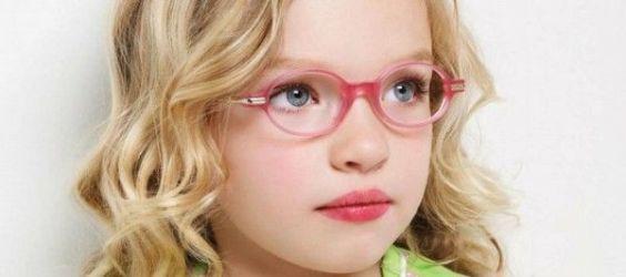 девочка в модных очках