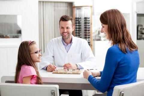 врач прописал очки школьнице