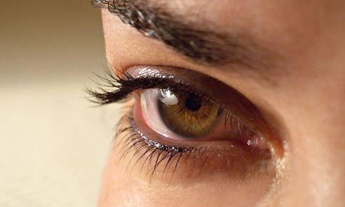 причины от чего дергается глаз