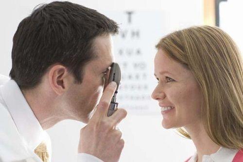 врач проверяет зрение