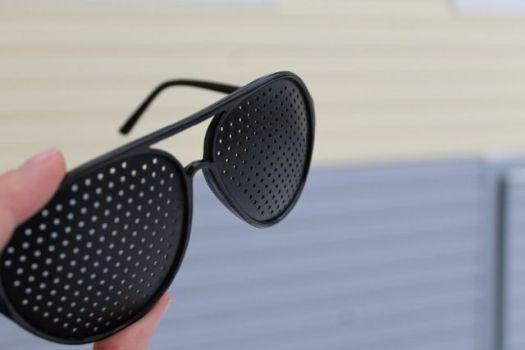 очки с дырочками для зрения