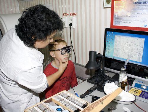 проверка зрения у глазного врача