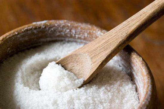 соль в банке с ложкой