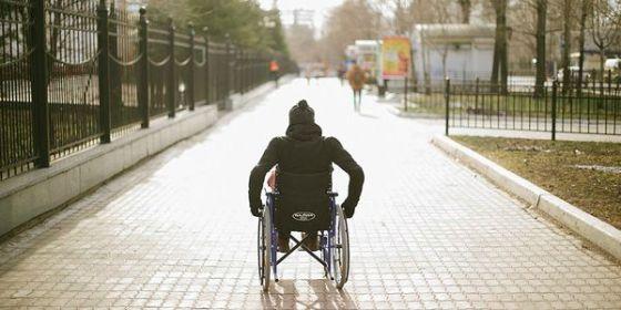 на инвалидной коляске после инсульта