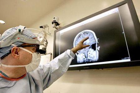 хирург рассматривает ренген