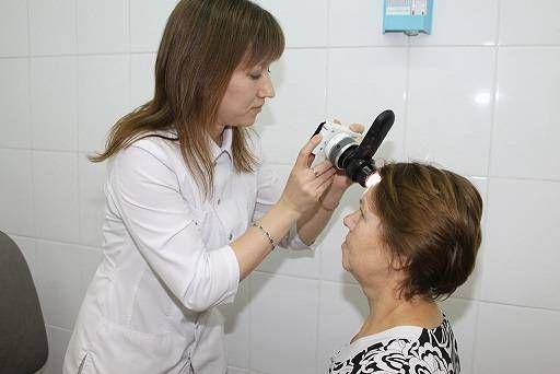 осмотр прыщей у дерматолога