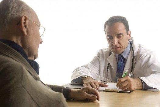 врач пишет курс лечения