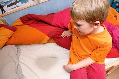 мальчик написал в кровать