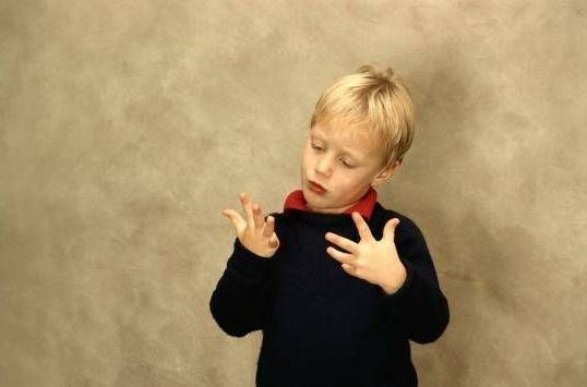 мальчик считает на пальцах