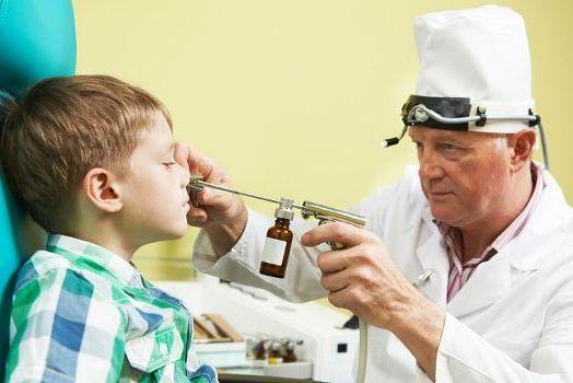 врач промывает нос у ребенка