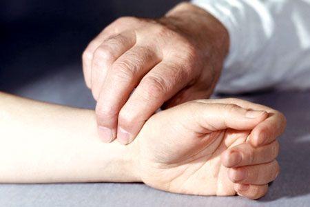 прощупывание пульса на руке
