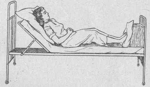 лежа на кровати