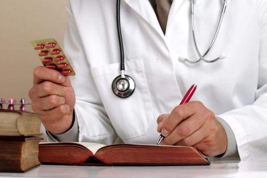 врач назначает препараты для лечения