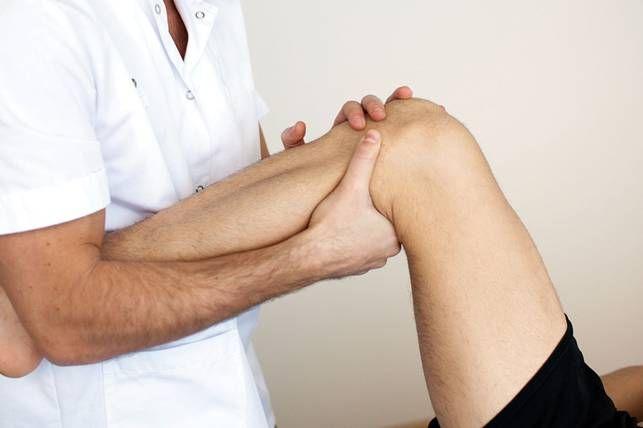осмотр колена у доктора ортопеда