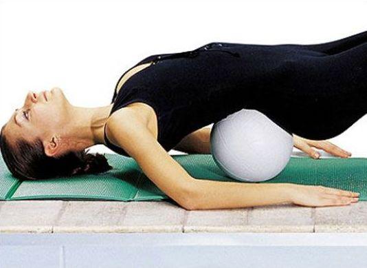 зарядка на коврике с мячом