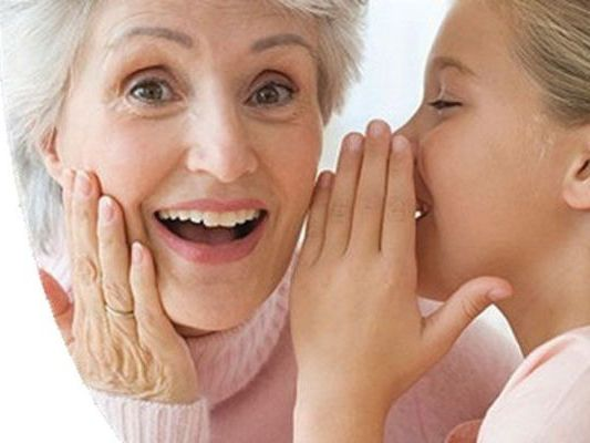 внучка шепчет на ухо