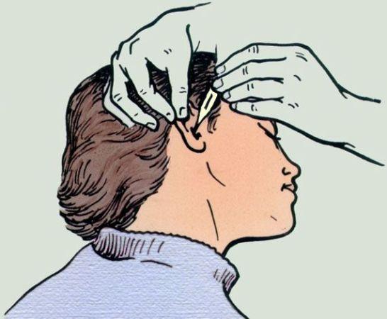 необходимо вытащить из уха инородное тело