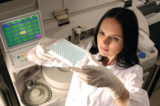 лаборант с анализами крови