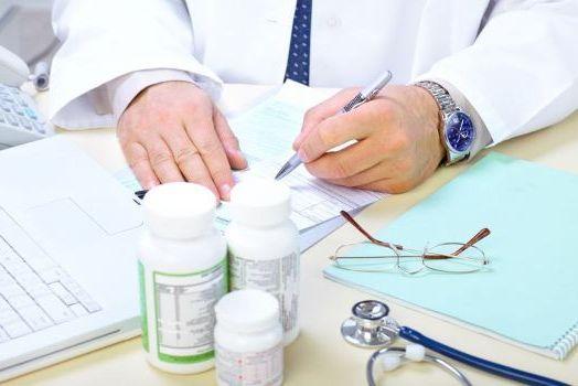 врач прописывает препараты для лечения