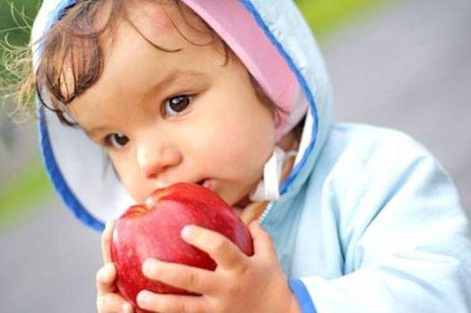 кушает яблоко