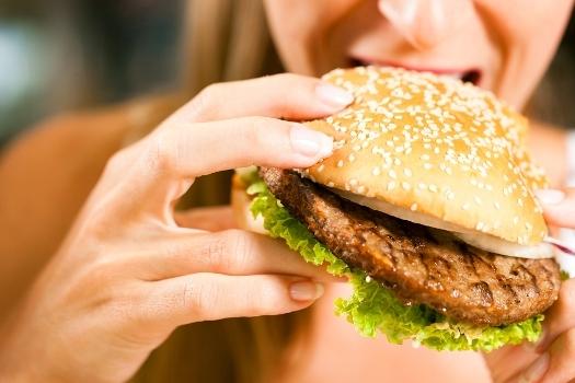 кушает гамбургер