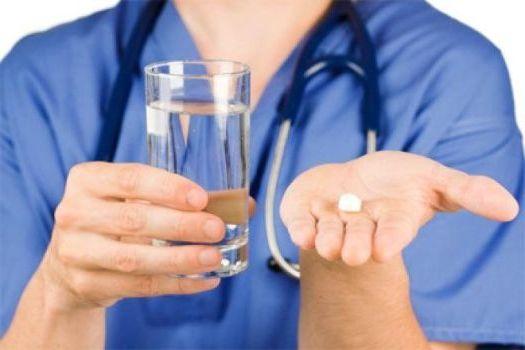 врач предлагает лечение таблетками
