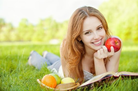 кушает свежие яблочки