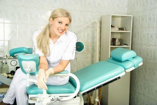 гинеколог в гинекологическом кресле