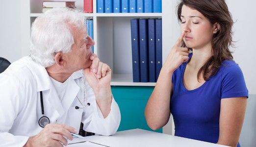 на обследовании у врача невролога