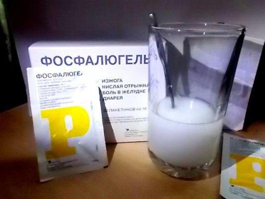 фосфалюгель разводится в стакане с водой
