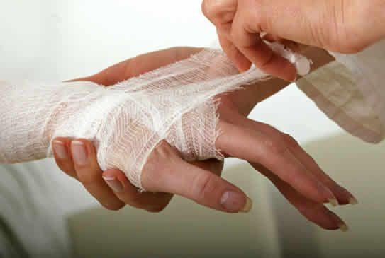 перевязать руку бинтом