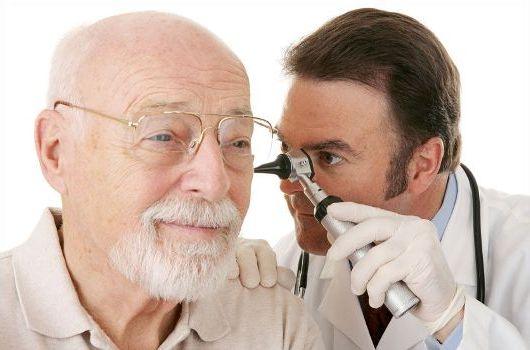 осмотр уха специальным устройством
