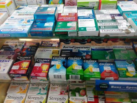 выбор лекарств в аптеке